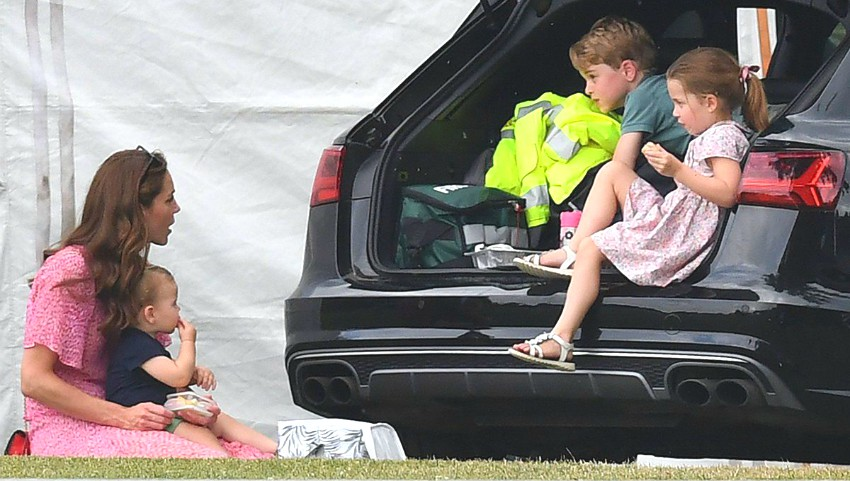 Foto: Kate Middleton a arătat cum se descurcă cu trei copii!
