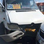 Foto: Un microbuz de linie din capitală plin cu pasageri, implicat într-un accident. Sunt răniți