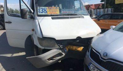 Un microbuz de linie din capitală plin cu pasageri, implicat într-un accident. Sunt răniți