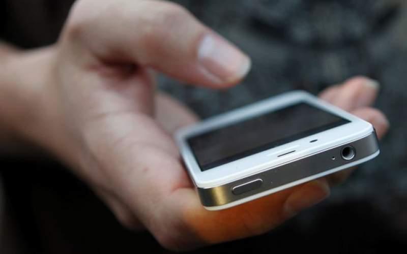 Foto: Când nu ai bani de cadouri. A furat telefonul colegului de cameră și i l-a dăruit iubitei sale