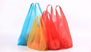 Proiectul de lege care introduce sancționarea pentru folosirea pungilor de plastic, avizat pozitiv de Guvern