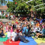 Foto: Peste 100 de copii au primit câte un ghiozdan echipat pentru ca începutul de an școlar