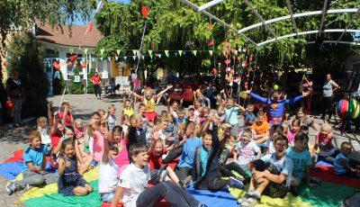 Peste 100 de copii au primit câte un ghiozdan echipat pentru ca începutul de an școlar