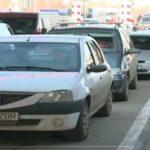 Foto: Un moldovean și-a lăsat copiii pe marginea carosabilului, la vama Sculeni
