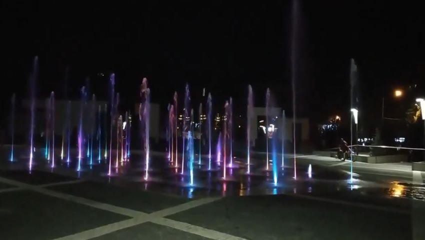 Havuz multicolor și muzical, la intrarea în parcul Valea Trandafirilor. Video!