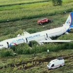 Foto: Încă un avion din Rusia, cu 160 de pasageri la bord, a efectuat o aterizare de urgență pe un câmp