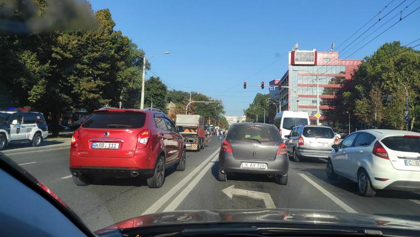 Foto: Bucurie pentru șoferi. În Chișinău s-a permis circulația pe o bandă cu dublu sens