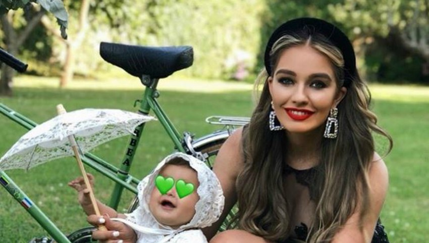Foto: Bloggerița Hellen Monroe a arătat în premieră chipul fetiței sale. Cu cine seamănă Celine?
