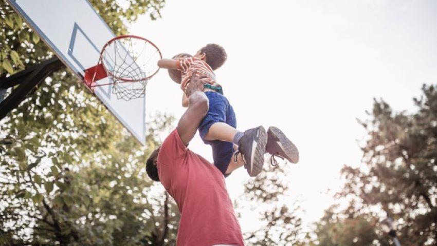 Foto: Ce a făcut un bărbat după ce a aflat că băiatul pe care l-a crescut 8 ani nu este fiul său?