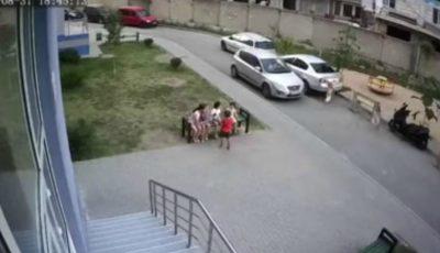 Video. Un copil a fost lovit în plin, lângă un teren de joacă, în sectorul Buiucani