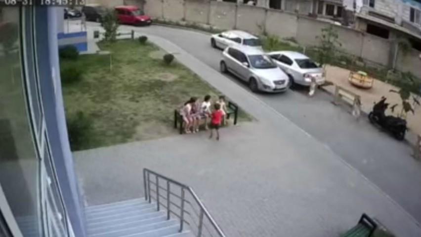 Foto: Video. Un copil a fost lovit în plin, lângă un teren de joacă, în sectorul Buiucani