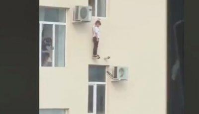 Video viral. Cum a fost salvat un copil din Groznîi care atârna în afara geamului?