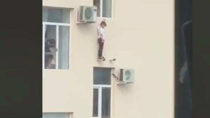 Foto: Video viral. Cum a fost salvat un copil din Groznîi care atârna în afara geamului?