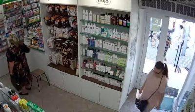 A furat un portmoneu dintr-o farmacie. Femeia din imagini este căutată de poliție
