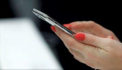 Două mari companii de telefonie mobilă, cercetate pentru că telefoanele lor ar depăşi limita de radiații