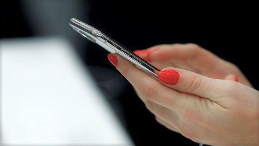 Foto: Două mari companii de telefonie mobilă, cercetate pentru că telefoanele lor ar depăşi limita de radiații