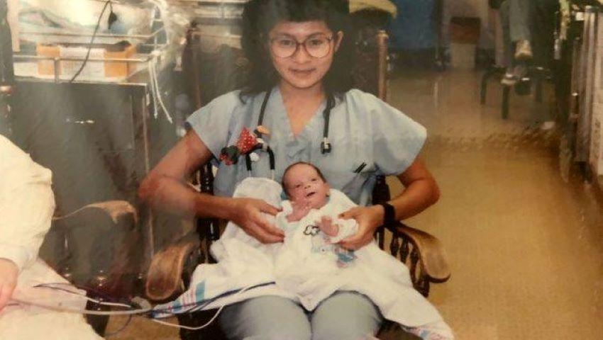 """Foto: O asistentă de la neonatologie a îngrijit un prematur de 1,7 kg. 28 de ani mai tarziu, femeia a avut o surpriză. ,,Da, era el, venise la spital"""""""