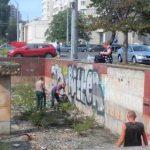 Foto: Persoanele sancționate cu muncă neremunerată în folosul comunității curăță havuzurile din fața Hotelului Național