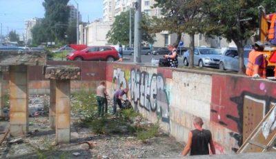 Persoanele sancționate cu muncă neremunerată în folosul comunității curăță havuzurile din fața Hotelului Național