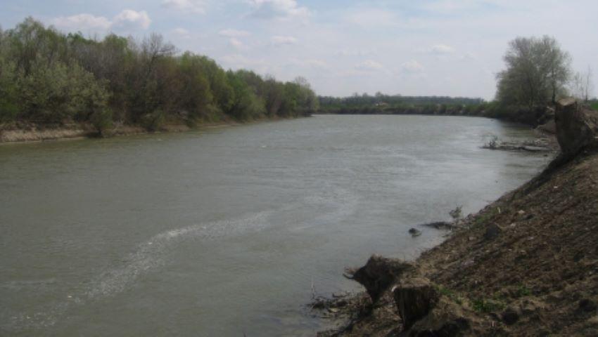 Foto: O fetiță de 13 ani s-a înecat în râul Prut. Salvatorii îi caută trupul neînsuflețit