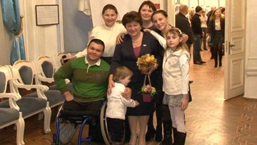Deja de 15 ani, o moldoveancă stabilită în Italia îi ajută pe copiii din țara noastră să obțină proteze gratuite
