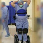 Foto: Povestea doctorului paralizat care operează în scaunul cu rotile