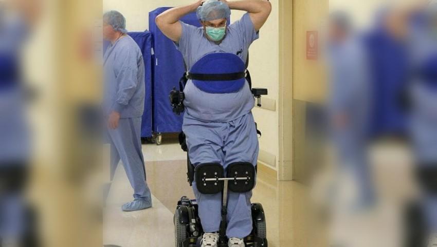 Povestea doctorului paralizat care operează în scaunul cu rotile