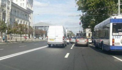 Un șofer de microbuz a făcut infarct la volan aflându-se în trafic, chiar pe bulevardul Ștefan cel Mare