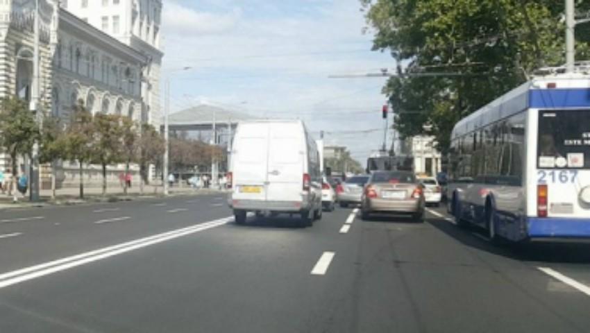 Foto: Un șofer de microbuz a făcut infarct la volan aflându-se în trafic, chiar pe bulevardul Ștefan cel Mare