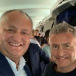 Foto: Igor Dodon și interpretul rus Leonid Agutin, surprinși împreună într-un avion