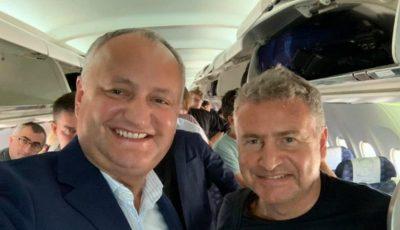 Igor Dodon și interpretul rus Leonid Agutin, surprinși împreună într-un avion