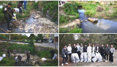 Mai mulți tineri voluntari au curățat râulețul Durlești din Capitală. Foto!