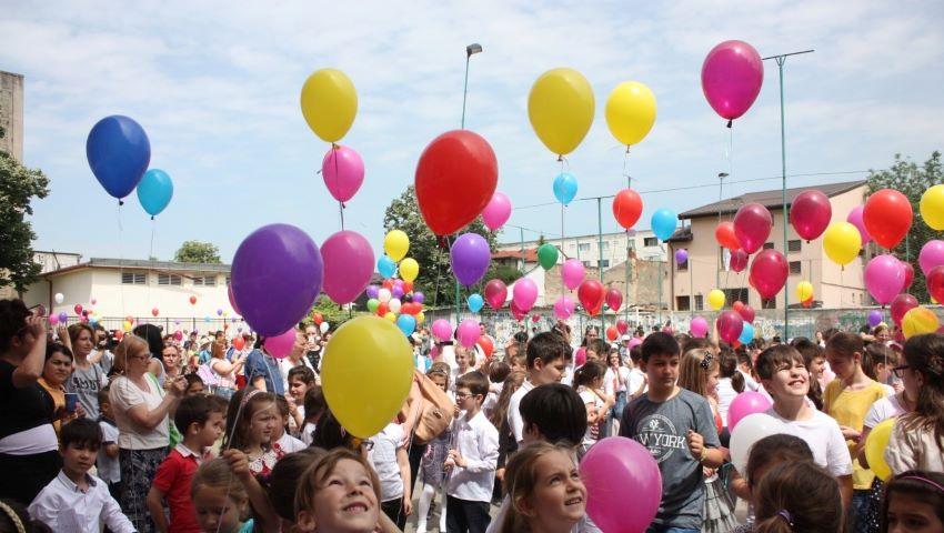 Foto: Elevii sunt îndemnați să renunțe la baloanele cu heliu la careuri