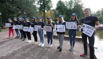"""""""În noul an de studii – fără corupţie""""! Tinerii au organizat un flashmob împotriva corupţiei în educaţie"""