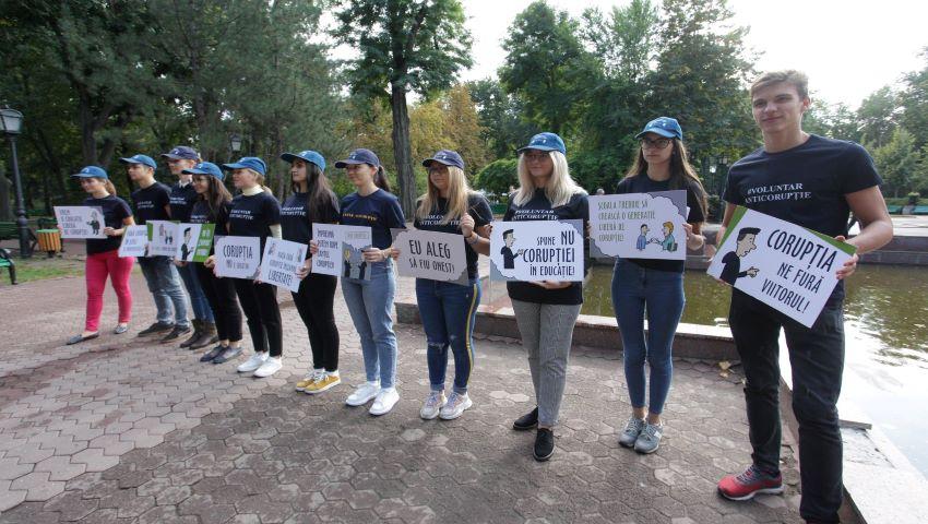 """Foto: """"În noul an de studii – fără corupţie""""! Tinerii au organizat un flashmob împotriva corupţiei în educaţie"""