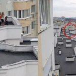Foto: Copii, surprinși în timp ce se joacă pe acoperișul unui bloc cu 13 etaje din Capitală