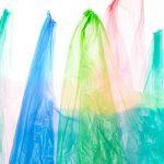 Foto: S-a terminat cu plasticul! Agenții economici nu vor mai împinge consumatorilor pungi de plastic, altfel riscă amenzi usturătoare