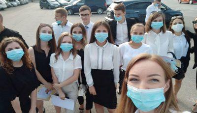 Elevii unui liceu au venit cu măști de protecție la careu. Mesajul pe care l-au transmis!