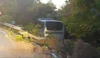 Un autocar plin cu moldoveni a intrat într-un copac, în România. Șoferul ar fi adormit la volan