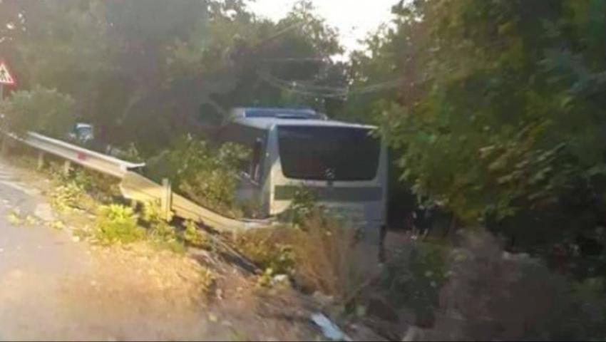 Foto: Un autocar plin cu moldoveni a intrat într-un copac, în România. Șoferul ar fi adormit la volan