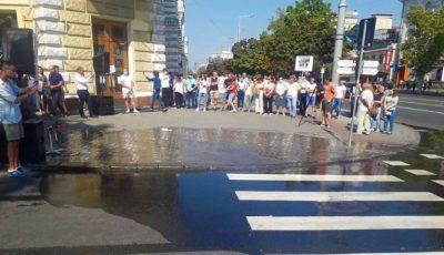 Un protest cu apă puturoasă, adusă din râul Bîc, a avut loc la Primărie
