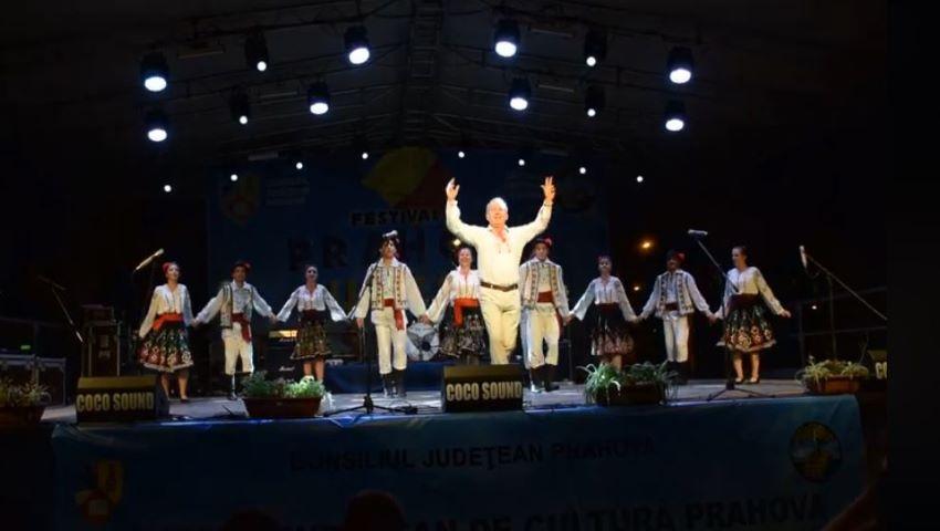 """Foto: Un primar din Moldova a dansat cu foc la Festivalul """"Prahova iubește Basarabia"""" și a fost premiat!"""