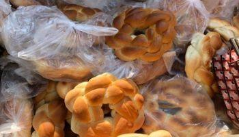 Mai mulți colaci au fost aruncați la gunoi, în apropierea unui magazin din capitală