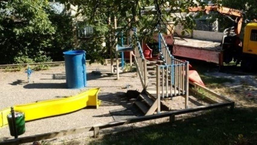 """Foto: Terenul de joacă care a fost stropit cu ulei, este demontat pentru că cei mici """"fac prea multă gălăgie"""""""