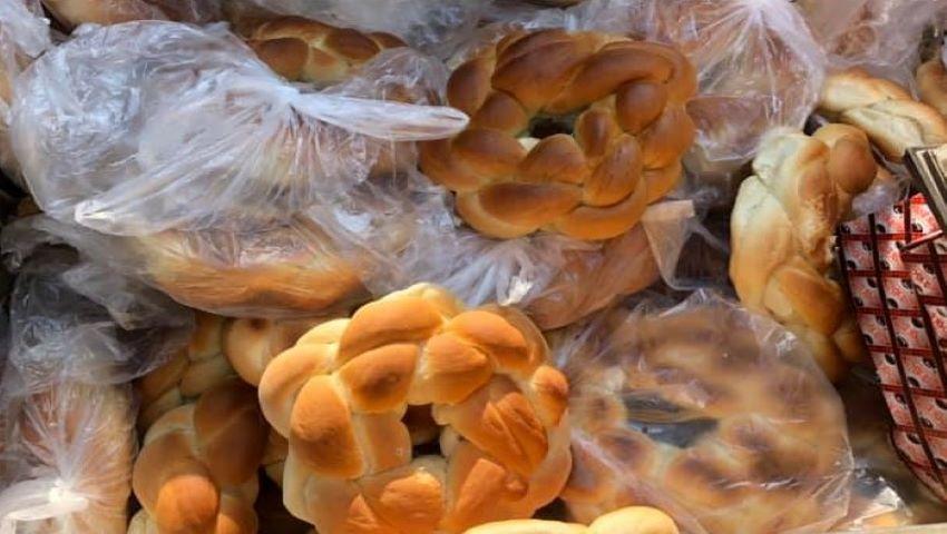 Foto: Mai mulți colaci au fost aruncați la gunoi, în apropierea unui magazin din capitală