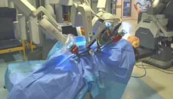 Premieră mondială: un pacient a fost operat pe cord cu un robot, de către medicul chirurg aflat într-un alt spital