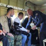 Foto: Preoții din Rusia au stropit o localitate cu zeci de litri de agheasmă, din avion