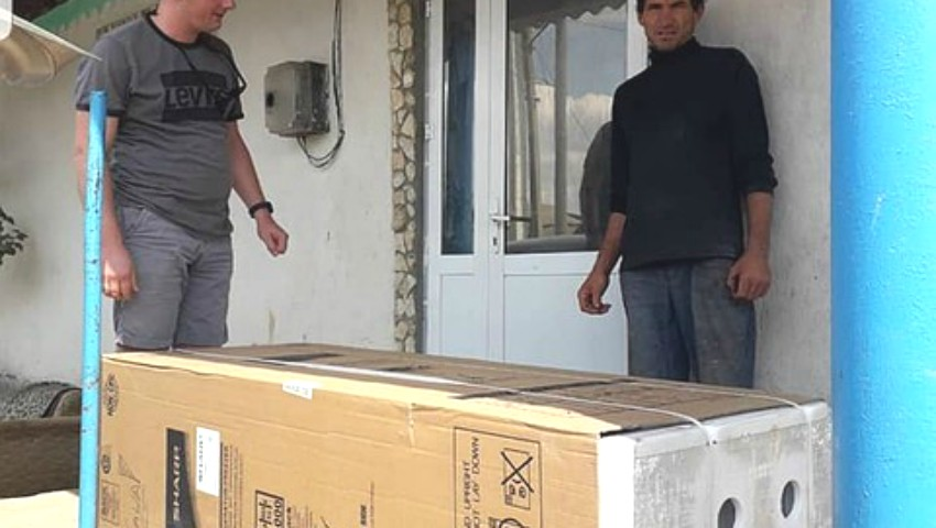 Foto: Un moldovean a cumpărat un frigider pentru o familie săracă cu mulți copii