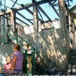 Foto: O familie cu 5 copii a rămas pe drumuri după ce casa le-a ars. Micuții nu pot merge la școală