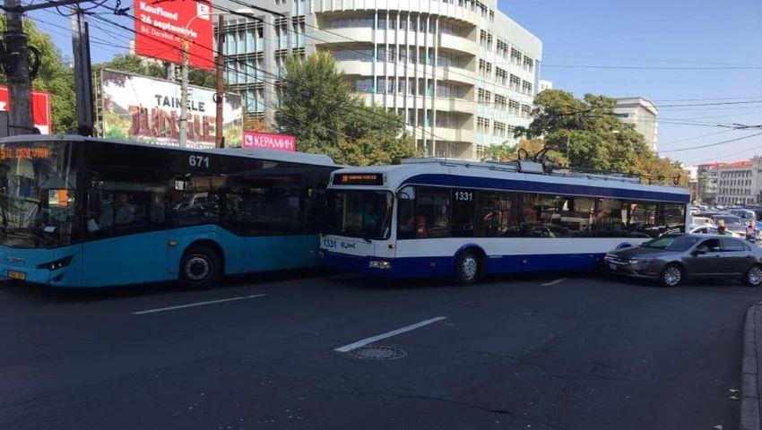 Foto: Accident în capitală. Un troleibuz, un autobuz și o mașină s-au tamponat violent